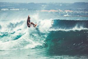 hombre en el concurso arriba de una excelente ola